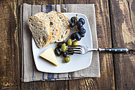 Plate with baguette slices, cheese, grapes and olives - SARF002543