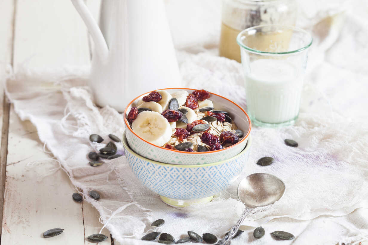 Bowl of oat flakes with dried cranberries, banana slices and pumpkin seed - SBDF002690 - Susan Brooks-Dammann/Westend61