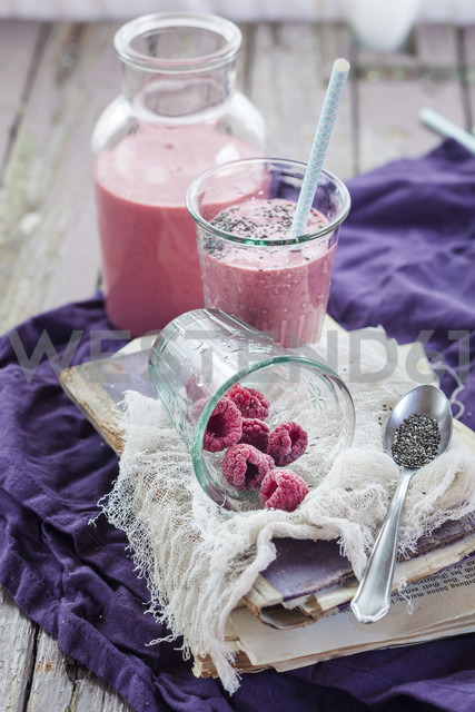 Glass and bottle of vegan raspberry smoothie - SBDF002693