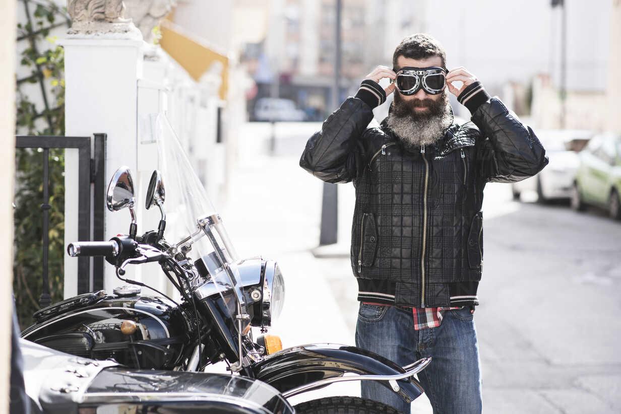 Spain, Jaen, biker putting on his motorcycle goggles - JASF000392 - Jaen Stock/Westend61