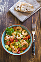 Noodle salad with avocado, tomato and shrimps in bowl on wood - SARF002546