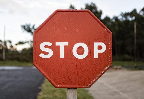 Spain, wet stop sign - RAEF000871