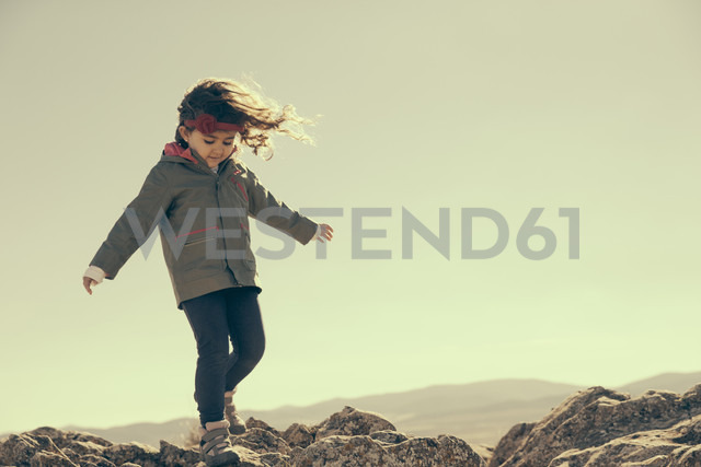 Spain, Consuegra, little girl walking on rocks in the mountains - ERLF000136 - Enrique Ramos/Westend61