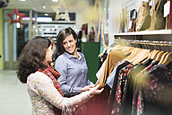Friends shopping in fashion store - JASF000507