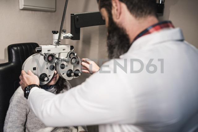Optometrist examining woman with a phoropter - JASF000522 - Jaen Stock/Westend61
