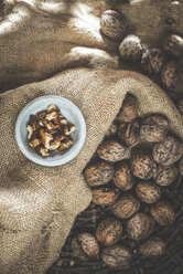 Whole and cracked walnuts on jute - DEGF000648