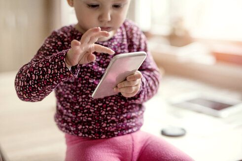 Toddler playing with smartphone - HAPF000233