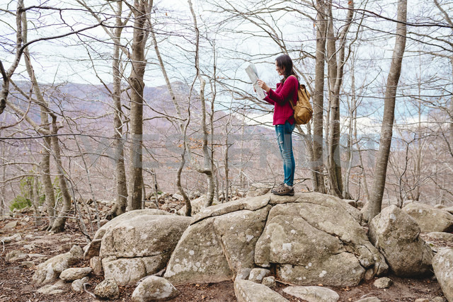 Spain, Barcelona Province, Sants Fe del Montseny, woman with backpack and map in the mountains - GEMF000738 - Gemma Ferrando/Westend61