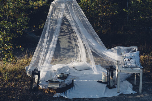 Romantic camp in autumnal nature - MJF001725