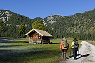 Austria, Tyrol, Karwendel, hikers in the Rohn Valley - LBF001382