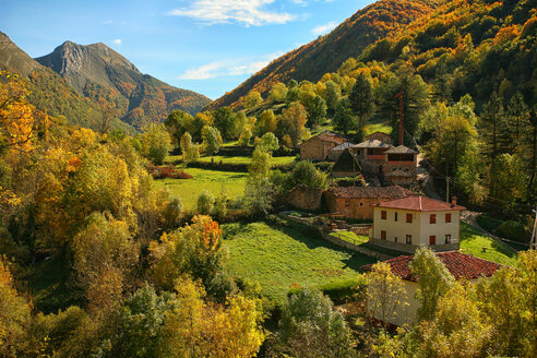 Spain, Asturias, Somiedo Natural Park in autumn - DSGF000957