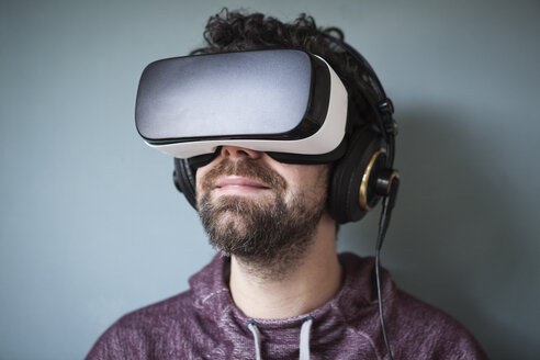 Man wearing Virtual Reality Glasses and headphones - RBF004092