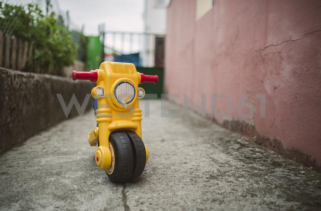 Yellow toy motorbike - RAEF000907 - Ramon Espelt/Westend61