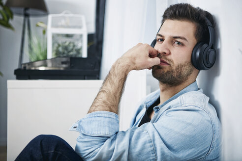 Young man wearing headphones - SEGF000459