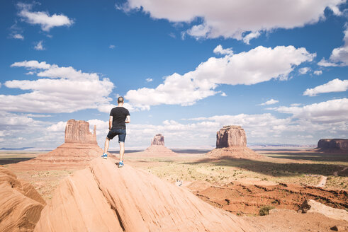 USA, Utah, Tourist looking to Monument Valley - EPF000010