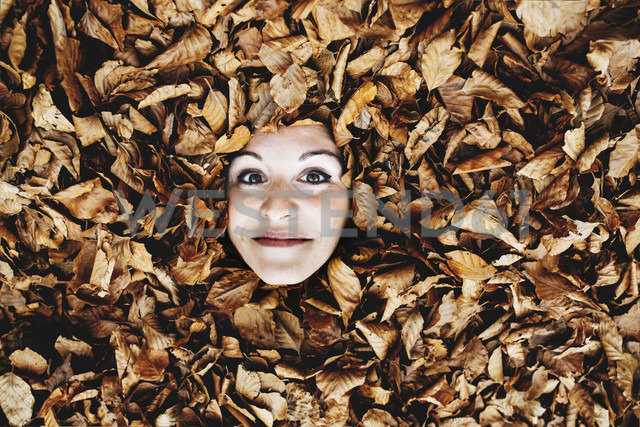 Woman's face in between autumn leaves - GEMF000766 - Gemma Ferrando/Westend61