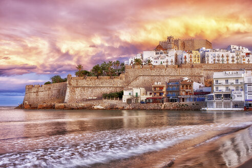 Spain, Province of Castellon, Peniscola, Costa del Azahar, Old town with castle, dramatic sky in the evening - DSGF001016