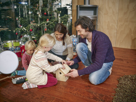 Parents playing with daughters on Christmas Eve - RHF001362