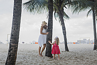 Brasil, Rio de Janeiro, mother and daughter playing on Copacabana beach - MAUF000258