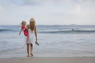 Brasil, Rio de Janeiro, mother carrying daughter on Copacabana beach - MAUF000267