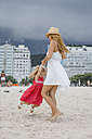 Brasil, Rio de Janeiro, mother and daughter playing on Copacabana beach - MAUF000270