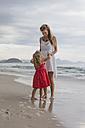 Brasil, Rio de Janeiro, mother and daughter on Copacabana beach - MAUF000273
