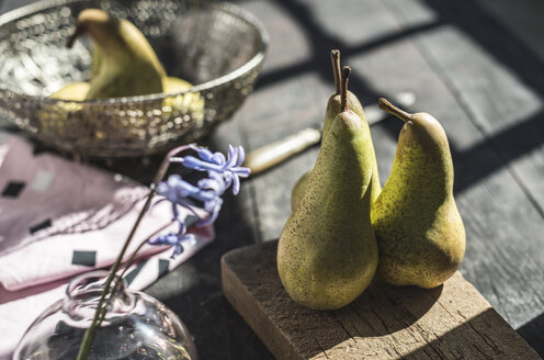 Pears on wooden board and table - DEGF000676