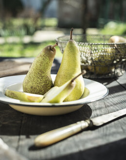 Bowl with whole and sliced pears - DEGF000679