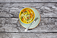 Soba noodles, yellow zucchini, mini pepper and spring onion in bowl - LVF004616