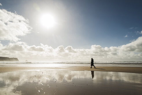 France, Bretagne, Finistere, Crozon peninsula, woman walking on the beach - UUF006702