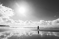 France, Bretagne, Finistere, Crozon peninsula, woman walking on the beach - UUF006705