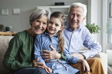 Family portrait of grandparents and their granddaughter at home - RBF004200