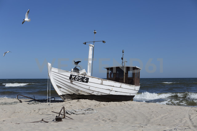 Germany, Mecklenburg-Western Pomerania, fishing boat on the beach - ASCF000519