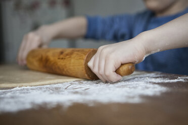 Little boy preparing dough with rolling pin, close-up - RBF004240
