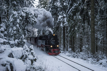 Germany, Saxony-Anhalt, Harz National Park, Harz Narrow Gauge Railway in winter - PVCF000796