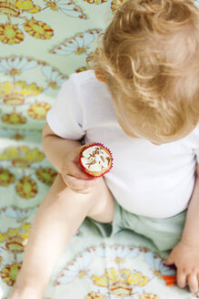Baby boy with small cup cake - VABF000290