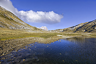 Italy, Abruzzo, Gran Sasso e Monti della Laga National Park, mountain Corno Grande and lake Petranzoni on plateau Campo Imperatore - LOMF000223