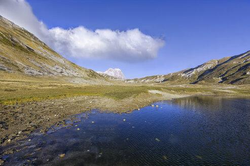 Italy, Abruzzo, Gran Sasso e Monti della Laga National Park, mountain Corno Grande and lake Petranzoni on plateau Campo Imperatore - LOMF000223