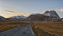 Italy, Abruzzo, Gran Sasso e Monti della Laga National Park, Plateau Campo Imperatore and summit Corno Grande at sunset in winter - LOMF000226