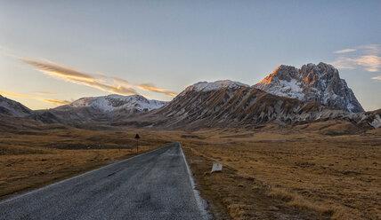 Italy, Abruzzo, Gran Sasso e Monti della Laga National Park, Plateau Campo Imperatore and summit Corno Grande at sunset in winter - LOMF000226