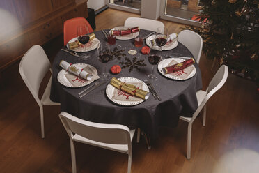 Set Christmas dinner table with Christmas crackers - MFF002827