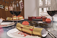 Set Christmas dinner table with Christmas crackers - MFF002830
