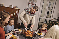 Father cutting the turkey during Christmas dinner - MFF002848