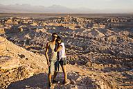 Chile, San Pedro de Atacama, couple standing on rock in the Atacama desert - MAUF000368