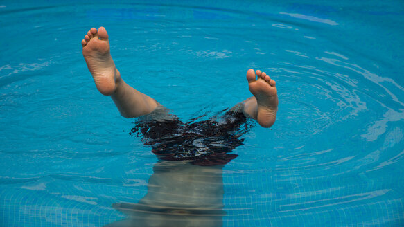 Legs of boy in a swimming pool - WGF000834