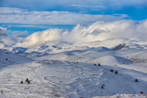 Italy, Abruzzo, Gran Sasso e Monti della Laga National Park, Mountains in winter - LOMF000240