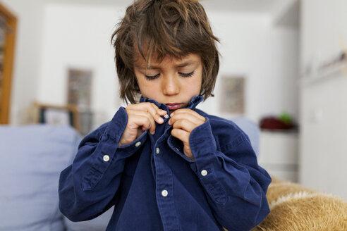 Little boy buttoning his shirt - VABF000357
