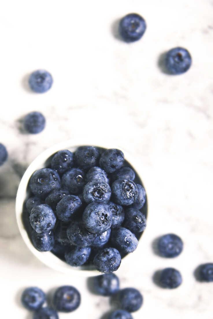 Bowl of blueberries on white marble - RTBF000002 - Retales Botijero/Westend61