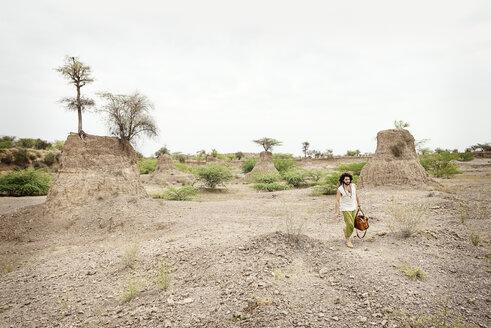 Man walking alone in the desert - BMAF000109