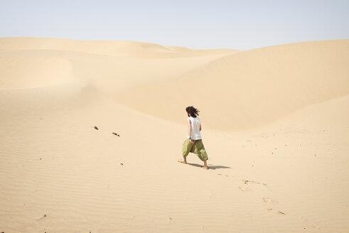 Man walking alone in the desert - BMAF000133